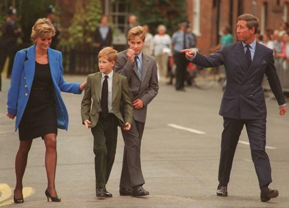 Da sinistra a destra: -HRH PRINCESS OF GALES (HRH Princess Diana): HRH PRINCE HARRY: HRH PRINCE WILLIAM: HRH PRINCE OF GALES (HRH Prince Charles). (Visto il primo giorno del principe William all'Eton College) CREDITO OBBLIGATORIO: UPPA / PhotoshotPhoto URK 010