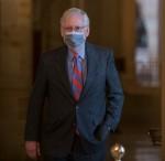 Il leader della maggioranza del Senato degli Stati Uniti Mitch McConnell (Repubblicano del Kentucky) si reca alla Camera del Senato dal suo ufficio al Campidoglio degli Stati Uniti