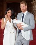 Il principe Harry, duca di Sussex e Meghan, duchessa di Sussex, posano con il loro figlio appena nato