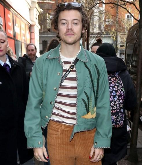 I fan aspettano l'ex star degli One Direction Harry Styles fuori allo spettacolo della BBC Zoe Ball
