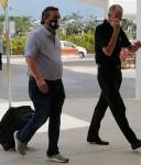 Ted Cruz indossa la maschera della bandiera del Texas mentre arriva all'aeroporto di CanCun questa mattina prima del volo di ritorno in Texas poche ore dopo l'atterraggio in Messico