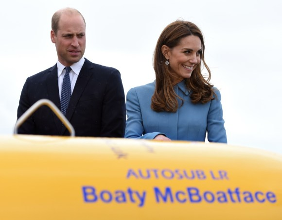 Il Duca e la Duchessa di Cambridge partecipano alla nomina della RRS Sir David Attenborough al cantiere navale Camel Laird, Birkenhead. Sono in piedi sull'eliporto di fronte al sottomarino senza pilota Boaty McBoatface.