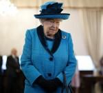 La regina Elisabetta II britannica guarda i francobolli dei precedenti monarchi britannici mentre visita la nuova sede della Royal Philatelic Society a Londra il 26 novembre 2019.