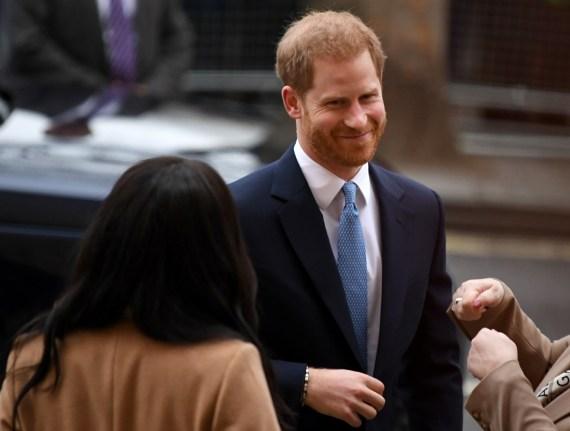 La britannica Meghan, duchessa del Sussex (L) e il principe Harry, Duca di Sussex (C) reagiscono mentre arrivano per visitare Canada House, a Londra il 7 gennaio 2020, in ringraziamento per la calorosa ospitalità canadese e il sostegno che hanno ricevuto durante il loro soggiorno recente