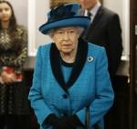 La regina Elisabetta II britannica esplora la collezione presso la nuova sede della Royal Philatelic Society a Londra il 26 novembre 2019.