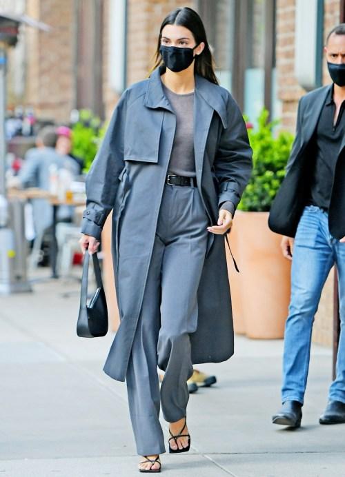 Kendall Jenner indossa un completo tutto grigio per andare a cena a New York