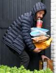 Ben Affleck afferra i pacchi che gli sono stati consegnati a casa mentre sorseggia il suo caffè