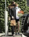 Angelina Jolie e sua figlia Vivienne vanno a comprare dei fiori insieme