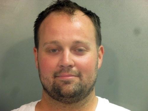 Josh Duggar sembra sorridere per la sua foto di arresto