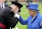 La regina visita l'onorevole compagnia di artiglieria