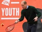 Il principe William, duca di Cambridge, gioca a tennis con la scuola locale
