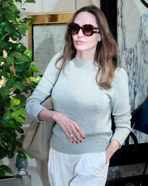 Angelina Jolie è bellissima mentre lascia il suo hotel dopo un cambio d'abito
