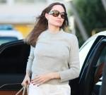 Angelina Jolie arriva a bordo strada per un volo all'aeroporto di Parigi