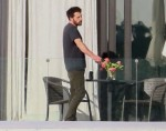 Ben Affleck esce per una fumata al Miami Beach Love Nest di lui e Jennifer Lopez!
