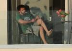 Ben Affleck sembra a casa mentre esce sul balcone per fumare una sigaretta indossando una Green Monstah mentre si gode la sua vacanza a Miami con Jennifer Lopez