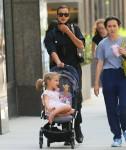 Irina Shayk torna a casa con sua figlia dopo aver preso il sole in un parco locale