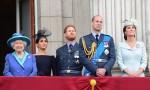 Da sinistra, la Regina Elisabetta II, Meghan Duchessa di Sussex, il Principe Harry Duca di Sussex, il Principe William Duca di Cambridge e Katherine Duchessa di Cambridge guardano il centesimo anniversario della RAF dal balcone di Buckingham Palace, Londra, martedì 10th J
