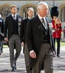Il principe Carlo guida le persone in lutto