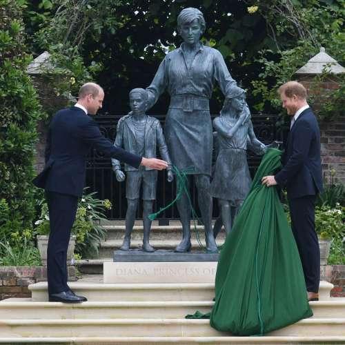 I principi Harry e William svelano la statua della loro madre, la defunta principessa del Galles