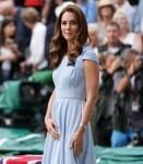 Catherine, duchessa di Cambridge, è accompagnata dal principe Edoardo, duca di Kent, mentre cammina sul campo centrale per presentare il trofeo del singolo maschile di Wimbledon. Londra, Regno Unito - domenica 14 luglio 2019.