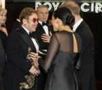 Il principe Harry, duca di Sussex (R) e Meghan, duchessa di Sussex (seconda R) in Gran Bretagna chiacchierano con il cantautore britannico Elton John (C) mentre arrivano per partecipare alla prima europea del film Il re leone a Londra il luglio 14, 2019.