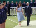Catherine, duchessa di Cambridge, è accompagnata dal principe Edoardo, duca di Kent, mentre cammina sul Centre Court per presentare il trofeo del singolo maschile di Wimbledon. Londra, Regno Unito - domenica 14 luglio 2019.