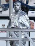 Kanye West partecipa a un evento in chiesa a Miami ricoperto d'argento