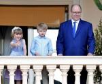 Il Principe Alberto II di Monaco e i suoi figli sul balcone del Palazzo del Principe per celebrare la festa di San Giovanni