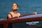 Jennifer Lopez abbraccia il caldo italiano mentre arriva alla 78° Mostra del Cinema di Venezia
