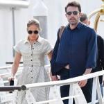 Ben Affleck e Jennifer Lopez sembrano felici mentre vengono visti mano nella mano partire dall'aeroporto di Venezia