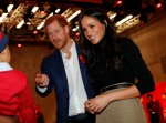 Il principe Harry della Gran Bretagna e la sua fidanzata, l'attrice statunitense Meghan Markle, salutano un benefattore mentre visitano la fiera di beneficenza Terrence Higgins Trust World AIDS Day al Nottingham Contemporary a Nottingham, Inghilterra centrale, il 1 dicembre 2017. Il principe Harry e Megh