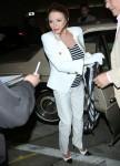 Joan Collins indossa un abito bianco doppiopetto su misura e porta una sciarpa Chanel mentre va a cena con il marito Percy Gibson da Craig's a West Hollywood
