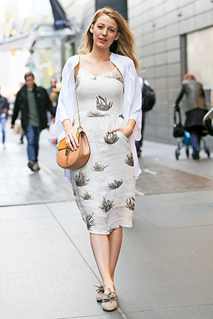 Blake Lively poses for paparazzi in New York wearing a Objects Without Meaning Amber Dress, Chloe Drew shoulder bag and Sarah Flint suede Elena Derbys - April 23, 2015