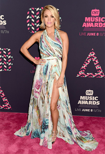 Carrie Underwood wearing Jimmy Choo Ren 85 Metallic Sandals to the 2016 CMT Music Awards in Nashville on June 8, 2016.