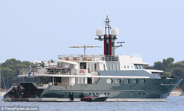 Chris Brown Parties With Girls On Superyacht In St Tropez