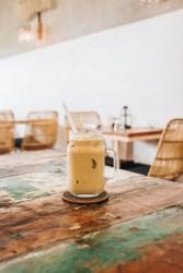 Découvrez cette recette de café frappé vegan hyper facile et rapide à réaliser