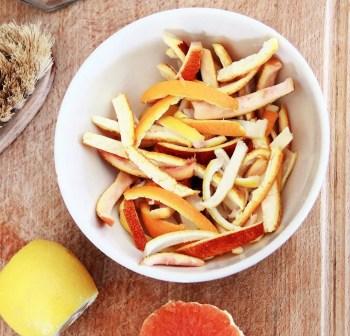 Ecorces d'orange confites: recette facile et rapide qui vous permettra de recycler désormais vos épluchures d'oranges et de citrons pour en faire de délicieuses friandises « maison » et zéro déchet.