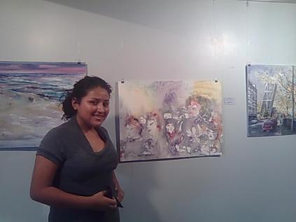 La preciosa hija de Milton Paladines, hermano de mi querida amiga Fátima, delante de los tres cuadros llegados desde España