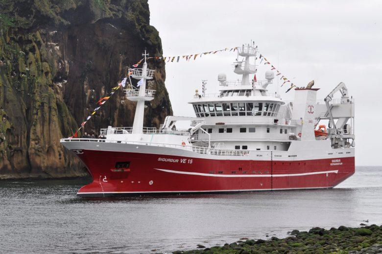 SIgurdur på väg in i hamnen på Heimaey
