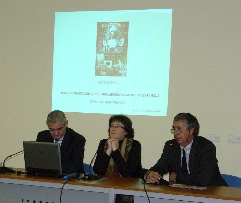 Mesa de la conferencia «La figura del binefarense Teodoro Bardají Mas, precursor de la cocina moderna en España»