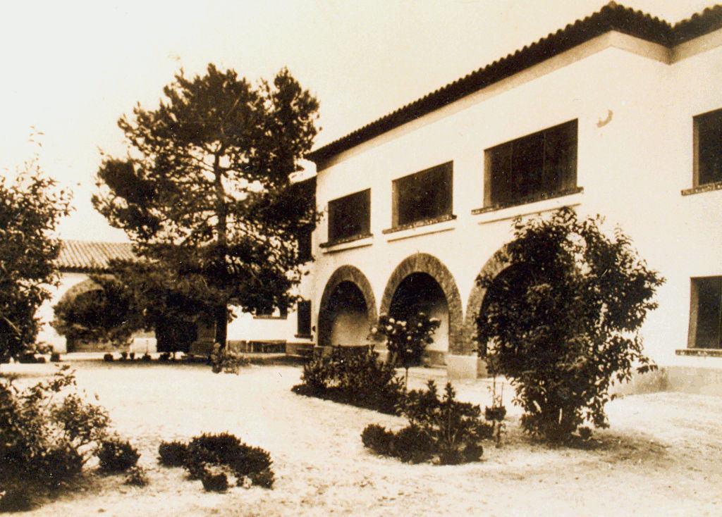 Aspecto, hacia 1928, del edificio donde se instalaría el hospital («Estación de riegos», postal Oriol, Barcelona, 1928)
