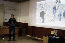 Rubén Oliver en un momento de la conferencia «Las voltas: construcciones agrícolas del Somontano a Les Garrigues» (foto Concha Silván)