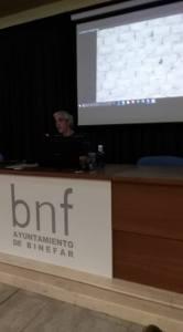 Félix A. Rivas durante la conferencia «La tierra en la arquitectura popular en Aragón» (foto Víctor Bayona)