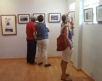 Público en la exposición 'Del Sindicat a la Cooperativa d'Alcampell' en la fiesta mayor (foto Pep Espluga)