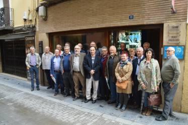 Representantes de los Centros de Estudios de la provincia de Huesca ante la sede del CEHIMO (foto Radio Huesca)