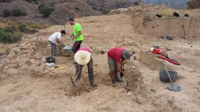 Trabajando en la cuarta campaña de excavaciones en Els Castellassos (2) (foto equipo de excavación)