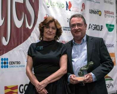 Recibiendo el premio (foto Radio Binéfar)