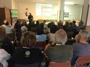 Víctor Bayona presentando la exposición del fondo «casa Notari»
