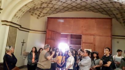 Comentando el artesonado mudéjar de la iglesia de Peralta (foto Paco Murillo)