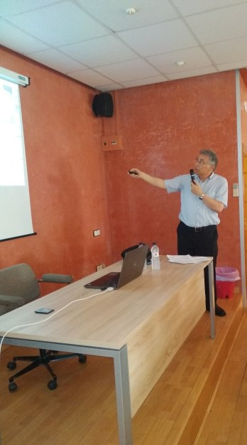 Antoni Lacasa durante la conferencia «Los fósiles, una ventana al pasado» (foto Imma Gracia / La Litera información)